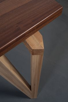 Стол из красного дерева LOCUS от Stameska / Red wood dining table by Stameska. Detail.