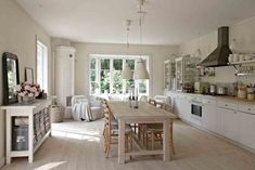 Weiße Küche im skandinavischen Landhausstil aus dem Buch Nordic Living (Verlag Busse Seewald) http://landhaus-look.de/nordic-living-skandinavisch-wohnen
