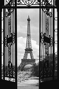 Ein echter Blickfang!  Dekorieren Sie Ihre Wand mit diesem beeindruckenden Motiv.  Das hochwertige Poster aus Papier mit dem Motiv »La Tour Eiffel - 1909« bestehend aus einem Bogen setzt moderne Akzente.  Am besten bringen Sie das Poster auf einer festen glatten, trockenen und sauberen Oberfläche an. Außerdem sollte die Oberfläche staub- und fettfrei sein.  Achtung: Rückgabe nur aus Qualitätsmä...