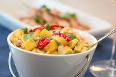 Mango- and avocado salsa Salad Recipes, Vegan Recipes, Cooking Recipes, Fruit Salad, Cantaloupe, Potato Salad, Nom Nom, Avocado, Mango