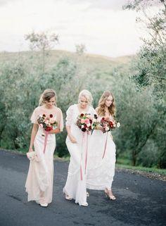 La mariée et ses demoiselles d'honneur avec des bouquets de saison