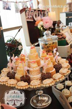 Mini Cake Naked Romantic wedding Candy Bar / Coltul Dulce / Dessert Table / Sweet Corner / Wedding cupcakes www.coltuldulce.ro
