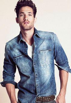 """A camisa jeans masculina teve seu momento de glória do início até metade dos anos 90, depois disso caiu no esquecimento junto com o combo """"jeans com jeans"""". Mas a moda, essa brincalhona, resolveu resgatar, mais de uma década depois, as combinações usando denim e muita gente que achava a idéia ruim teve que rever seus conceitos. Dentro desse panorama tudo conspirava para que a camisa jeans voltasse a ser usada no dia a dia e, claro, combinada com tudo que está sendo usado atualmente e até…"""