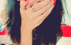 cœur délicat tatoué sur l'index - une belle idée pour les filles