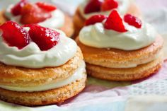 These individual strawberry shortcakes are made with whole wheat flour & topped with juicy strawberries & whipped cream for a delicious, healthy dessert. Healthy Strawberry Shortcake, Fresh Strawberry Cake, Strawberry Desserts, Desserts Sains, Köstliche Desserts, Healthy Desserts, Healthy Chef, No Calorie Foods, Low Calorie Recipes
