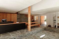 Réhabilitation lourde d'une bâtisse en pierres. Le projet se caractérise par une utilisation du bois dans toutes ses composantes (charpente, plancher, menuiseries extérieures, agencement, mobilier, revêtements sols et murs) avec une forte volonté d'homogénéité et une réinterprétation systématique de...