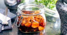 Ljuvliga vitlöksklyftor i het marinad. Den goda smaken kommer av vitlök, vinäger, honung, sambal oelek, Kalvfond, rökt paprikapulver och tomatpuré.