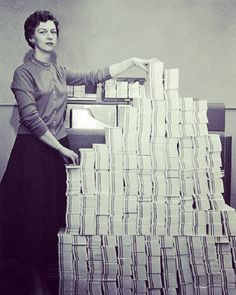 5 MB in Programmer standing beside punched cards. This stack of punched cards — 5 MB worth — held the control program for the giant SAGE military computer network. Carl Sagan Cosmos, Alter Computer, Computer Rooms, Computer Technology, Computer Programming, Computer History Museum, Bizarre Photos, 8 Bits, Memory Storage