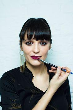 Olhos fortes com lábios marcados. Vanessa ensina a usar e fazer o make retrô!