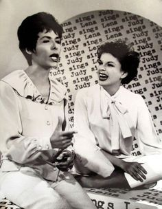 Lena Horne with songtress Judy Garland Hollywood Icons, Old Hollywood Glamour, Golden Age Of Hollywood, Classic Hollywood, Lena Horne, Civil Rights Activists, Cotton Club, Judy Garland, Great Women