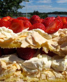 Britatårta till midsommar (Recipe in Swedish but doesn't it look yummy! Cake Recipes, Dessert Recipes, Desserts, Grandma Cookies, Swedish Chef, Scandinavian Food, Swedish Recipes, Strawberry Cakes, Small Cake