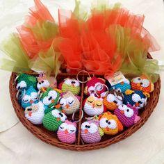 Schema italiano free pattern Gufetti portachiavi uncinetto - Keychain owls amigurumi crochet - bomboniere prima comunione - first communion favors