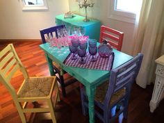 MESA TURQUESA SILLAS DE COLORES VINTOUCH Painted Kitchen Tables, Painted Chairs, Painted Furniture, Vintage Shabby Chic, Little Houses, Colorful Decor, Coffee Shop, Diy And Crafts, Projects To Try
