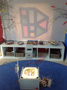 Pedagogiska miljöer - Små barns lärande Overhead Projector, Room Setup, Light Reflection, Light Project, Reggio Emilia, Kindergarten, Preschool Activities, Early Childhood, Discovery