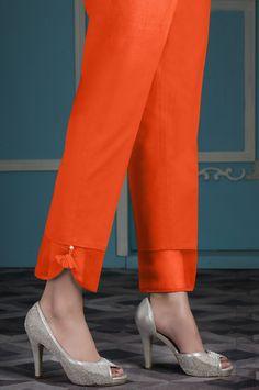 indian designer wear Bu k sezonunda pantolonlarda farkl kesimler, farkl renkler ve tarzlar ykselite. Sizin iin derlediimiz pantolon modellerine bir gz atn ve trendin gerisinde kalm Salwar Pants, Kurta With Pants, Trouser Pants, Patiala Salwar, Palazzo Trousers, Salwar Designs, Blouse Designs, Fashion Casual, Look Fashion