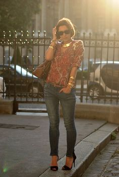 In love with this outfit. Especially the jeans, shoes, and gold collar necklace.