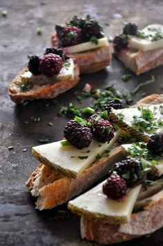 Manchego & Blackberries by Daria Zarówna - Food Styling - Toast Think Food, Love Food, Fingers Food, Appetizer Recipes, Appetizers, Snacks Für Party, Bruschetta, Food Inspiration, Feta
