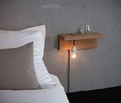 Table de nuit: une étagère en bois