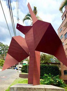"""Palomas"" escultura abstracta del maestro Aníbal Gil. Edificio Caobos carrera 36 con 10a. Medellin - Colombia"