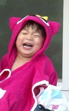 Manse in a pink towel Cute Kids, Cute Babies, Song Il Gook, Triplet Babies, Superman Kids, Man Se, Song Triplets, Baby Live, Pink Towels