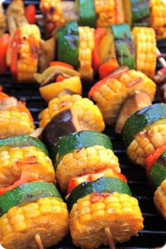 Barbecue vegetable skewers / Discover these 8 original recipes for Bbq Vegetables, Vegetable Skewers, Veggie Kabobs, Barbecue Recipes, Grilling Recipes, Cooking Recipes, Snacks Für Party, Bbq Party, Barbecue