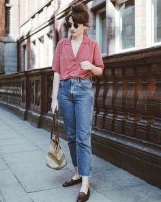Coque rosca no topo da cabeça, camisa vermelha, mom jeans, loafer marrom