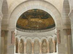 Situé à proximité de l'abbaye de Fleury (auj. St-Benoît-sur-Loire), l'Oratoire de Germigny est l'un des rares ex d'architecture carolingienne conservé en France. Construit au commencement du 9°s par l'évêque d'Orléans Théodulf, ami et conseiller de Charlemagne, il emprunte son plan à la prestigieuse chapelle palatine d'Aix la Chapelle