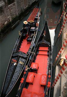 GONDOLAS Venice mi sembrano degli uccellini affamati con la bocca spalancata,le gondole aspettano i turisti come cibo*silva*