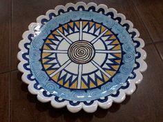 El plato de mayólica de Corina. Con muchas espirales y el mandala Rueda Solar.