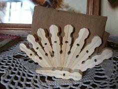 Un porte serviette tout en bois, en forme d'éventail. Matériel : 21 pinces à linge en bois petit pinceau colle à bois Faire les deux éventails (il fau...