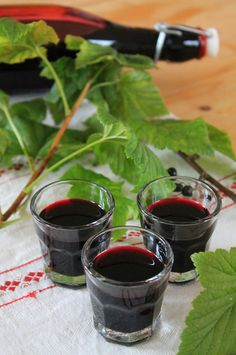 """In addition to the """"normal"""" red currants, we also have black ones in our … – Holidays Cocktail Drinks, Alcoholic Drinks, Cocktails, Gimlet Recipe, Homemade Liquor, Homemade Crunchwrap Supreme, Cooking Chef, Starbucks Drinks, Mixed Drinks"""