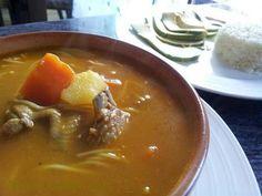 """Sopa de Pollo. Esta es una receta ideal para estos días en que nuestro cuerpo no anda muy bien, en republica Dominicana le llaman """"Revive muertos"""" y te aseguro que levanta de la cama a cualquiera. Si tienes gripe o te pasaste de trago aquí tienes es fácil y ligera receta de vida."""