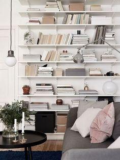 Je ne sais pas vous, mais moi, je ne sais plus où mettre mes livres alors voilà : 10 idées déco pour aménager une bibliothèque murale!! On regarde?