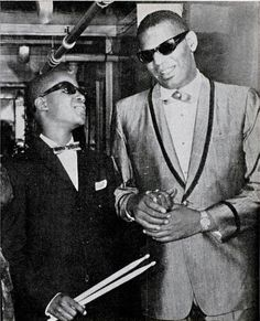 A historic photograph of little Stevie Wonder and Ray Charles. Dated in Detroit Michigan. Two century masters of Black music in the world. Ray Charles, Stevie Wonder, Soul Jazz, Soul Musik, Good Music, My Music, Indie Music, Rock And Roll, The Ventures