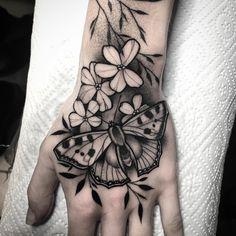 Julia Szewczykowska Sweet Tattoos, Black Tattoos, Finger Tattoos, Time Tattoos, New Tattoos, Body Art Tattoos, Pretty Hand Tattoos, Beautiful Tattoos, Butterfly Hand Tattoo