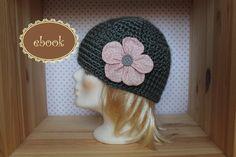 Gratis Anleitung Mütze häkeln /// Beanie mit Blume kostenlos häkeln: Jetzt klicken, die Anleitung runterladen + dann eine hübsche Mütze mit Blume häkeln.