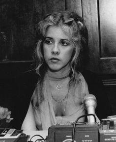 a young and serious Stevie during an interview in her early days with Fleetwood Mac ♥❤♥ Stevie Nicks Lindsey Buckingham, Buckingham Nicks, Members Of Fleetwood Mac, Stephanie Lynn, Stevie Nicks Fleetwood Mac, My Sun And Stars, Look Vintage, Poses, Rock And Roll