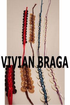 Pulseiras feitas com botões, tramados com fios de algodão colorido e fita.