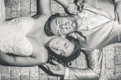 Photo allongé des jeunes mariés en noir et blanc Creative Shots, Marie, Photos, Black Picture, Black Bride, Newlyweds, Wednesday, Black N White, Pictures