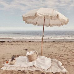 Pique-nique sur la plage / Picnic on the beach Beige Aesthetic, Summer Aesthetic, Photo Wall Collage, Picture Wall, Beach Umbrella, Beach Bum, Summer Beach, Blue Beach, Summer Sunset