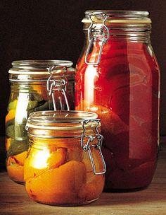 Recette conserve de poivrons grillés au vinaigre : Ebouillantez les bocaux et retournez-les sur un torchon propre. Faites griller les poivrons au four pendan...