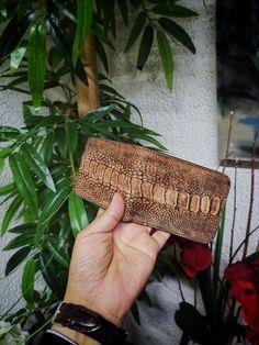 Cartera para hombre; Cartera hecha artesanalmente a mano en piel de pata de avestruz café con negro | Hecho en México por Moon & Rain, Zankora y Tiendas Platino Straw Bag, Exotic, Ostriches, Tents, Fur, Black