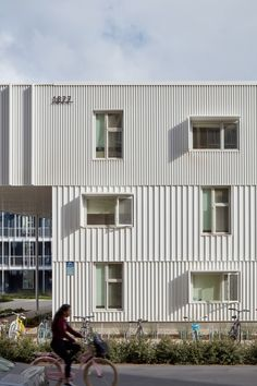 LOHA's San Joaquin Student Housing makes most of coastal climate - In each cluster, rectangular buildings are arranged in a U-shaped formation around a central garden - Metal Facade, Metal Cladding, Metal Siding, Exterior Cladding, Creative Architecture, Facade Architecture, Social Housing Architecture, Architecture Colleges, Business Architecture