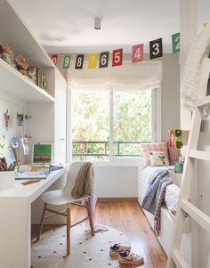 HABITACIÓN INFANTIL La estructura que integra la mesa de estudio, la balda y el armario es un diseño realizado a medida por The Room Studio. Silla de Normann Copenhagen.