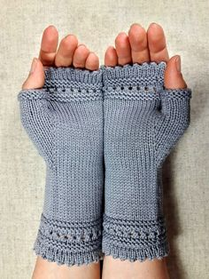 Fingerlose Handschuhe, weiche Biowolle, hellgrau, Armstulpen für Damen. Merinowolle, schlicht und elegant. Farbe: Isarkiesel, grau, steingrau, Handgestrickt  Fingerless Gloves women, organic, light grey, handknitted,