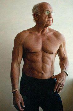 74 Year Old Man. Si, me gusta su actitud para tener un cuerpo así a su edad. Wow!