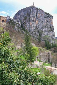 Notre Dame du Roc bij Castellane, Provence, Frankrijk Beautiful Places, Beautiful Pictures, Haute Provence, Oh The Places You'll Go, Amazing Nature, Travel Destinations, Travel Tips, View Photos, Wonders Of The World