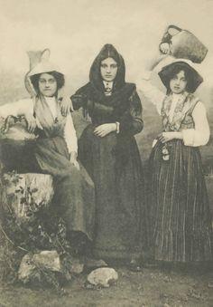Donne in Costume Alerese ~ L'abbigliamento tipico della donna. Typical dress of…