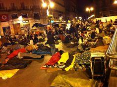 """Fecha: 17/5/11. Hora: 04.01. Tuit original: """"Tras la llegada de varias televisiones reina la calma pasadas las 4 de la madrugada en #spanishrevolution #acampadaSol""""."""