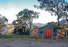 Na quitinete colorida da arquiteta Alexandra Albuquerque não há sofá. Amigos, quando a visitam, sentam-se na rede, na cama ou na poltrona de vime
